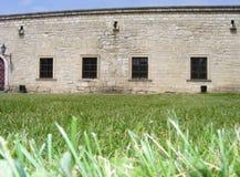 Vier Fenster auf der Festungswand eines alten Schlosses Lizenzfreies Stockfoto