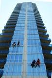 Vier Fensterputzer auf Wolkenkratzer Lizenzfreie Stockfotografie