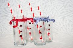 Vier festliche Gläser mit Strohen Lizenzfreies Stockfoto