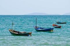 Vier Fischerboote festgemacht in Meer lizenzfreie stockfotografie