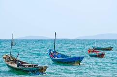 Vier Fischerboote festgemacht in Meer lizenzfreie stockbilder