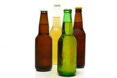 Vier Flaschen Bier lizenzfreie stockfotos
