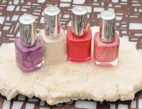 Vier flessen kleurrijk nagellak stock afbeelding