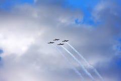 Vier Flugzeuge fliegen in den Himmel Stockfotos