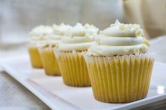 Vier Frans vanille cupcakes dessert Stock Foto's