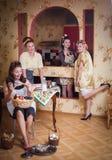 Vier Frauen in der Küche sprechend und kochend Konzept des Haushalts Retrostil, Weinlese, Stift-oben lizenzfreies stockbild
