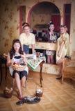 Vier Frauen in der Küche sprechend und kochend Konzept des Haushalts Retrostil, Weinlese, Stift-oben stockfotografie