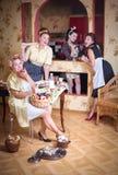 Vier Frauen in der Küche sprechend und kochend Konzept des Haushalts Retrostil, Weinlese, Stift-oben lizenzfreie stockbilder