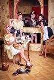 Vier Frauen in der Küche sprechend und kochend Konzept des Haushalts Retrostil, Weinlese, Stift-oben lizenzfreie stockfotos