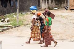 Vier Frauen, die auf die Straße gehen Stockfotos