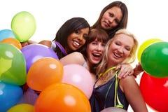 Vier Frauen, die des neuen Jahres feiern Stockfotos