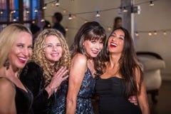 Vier Frauen, die Spaß an einer Partei haben Stockfotos