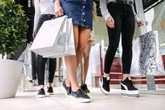 Vier Frauen mit vielen Einkaufstaschen lizenzfreie stockbilder