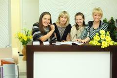 Vier Frauen sitzen im Aufnahmebereich mit Zeitschriften Stockbild