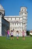 Vier Freunde auf Ferien Pisa besichtigend lizenzfreie stockbilder