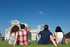 Vier Freunde auf Ferien Pisa besichtigend lizenzfreies stockbild