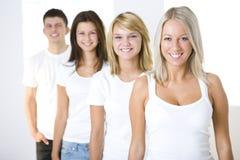 Vier Freunde in der Warteschlange Stockfoto