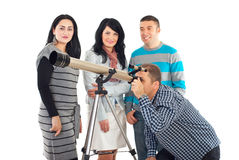 Vier Freunde, die Spaß mit Teleskop haben Lizenzfreie Stockfotos