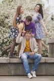 Vier Freunde in einem Park glücklich lächelnd Stockfotografie