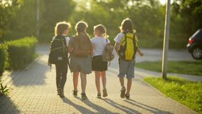 Vier Freunde gehen zur Schule Sie haben viel Spaß, weil heutiger Tag ihr erster Tag in der Schule ist stock footage