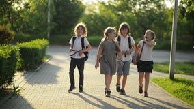 Vier Freunde gehen zur Schule Sie haben viel Spaß, weil heutiger Tag ihr erster Tag in der Schule ist stock video