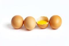 Vier frische Eier sind auf einem weißen Hintergrund Lizenzfreies Stockfoto