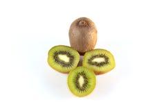 Lüge mit vier neue Kiwis auf einem weißen Hintergrund. Lizenzfreies Stockfoto