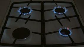 Vier Gasbrenner brennen blaue Flamme auf einem Gasherd stock video
