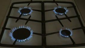 Vier Gasbrenner brennen blaue Flamme auf einem Gasherd stock video footage