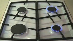 Vier gasfornuizen branden blauwe vlam op een gasfornuis stock videobeelden