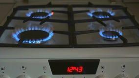 Vier gasfornuizen branden blauwe vlam op een gasfornuis stock footage