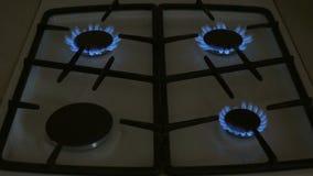 Vier gasfornuizen branden blauwe vlam op een gasfornuis stock video