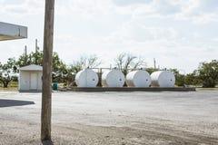 Vier gashouders buiten in Texas Stock Afbeelding