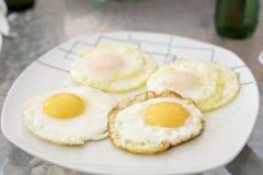 Vier gebraden eieren op een plaat stock foto