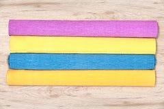 Vier gekleurd verschillend omfloerst document broodjes aan boord is Stock Foto
