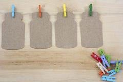 Vier gekleurde wasknijpers op de kabel met nota's Royalty-vrije Stock Afbeeldingen