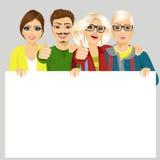 Vier gelukkige blije vrienden die aanplakbiljet houden stock illustratie