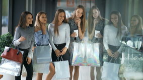 Vier gelukkige mooie vrouwen die en storefronts winkelen bekijken stock footage