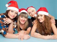 Vier gelukkige vrouwen die op de vloer liggen Royalty-vrije Stock Foto