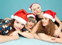 Vier gelukkige vrouwen die op de vloer liggen Stock Foto's
