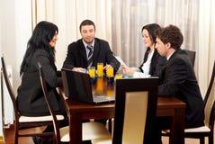 Vier Geschäftsleute in der Sitzung Stockfotos