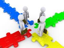 Vier Geschäftsmänner treffen sich auf Puzzlespielkreuzung Stockfotos