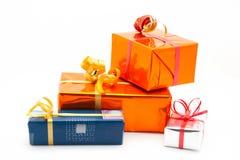 Vier Geschenkkästen. Weißer Hintergrund Lizenzfreie Stockfotos