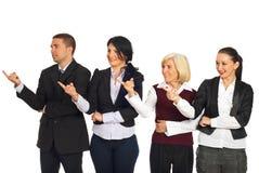 Vier Geschäftsleute, die in linkes Teil zeigen Lizenzfreie Stockfotos