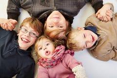 Vier Geschwister in einem Kreis Lizenzfreie Stockfotos