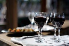 Vier Gläser mit Wein auf einer Sonne lizenzfreie stockbilder