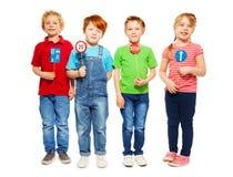 Vier glückliche Kinder, die Sicherheit von Verkehrsregeln studieren stockbild