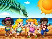 Vier glückliche Kinder durch das Meer Lizenzfreie Stockfotos