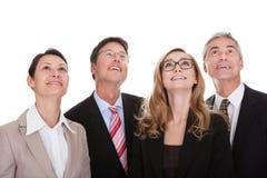 Vier glückliche Teilhaber, die oben schauen lizenzfreie stockfotos