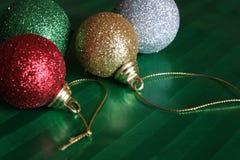 Vier Glanzende Ballen van Kerstmis Royalty-vrije Stock Foto